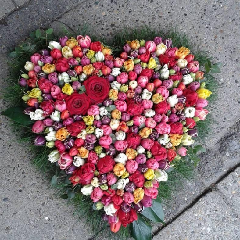 Et blomsterhjerte er alltid vakkert og gir et klart og tydelig utrykk.
